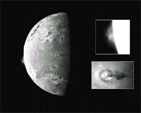 La luna Io de Júpiter, lanza pequeñas partículas volcánicas a naves cercanas